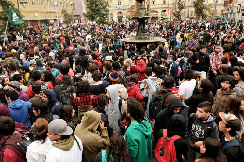 File:Valparaiso 2012 May 5 Chile crowd 2.jpg