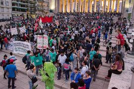 Rosario 2014 May 3 Argentina crowd 4.jpg