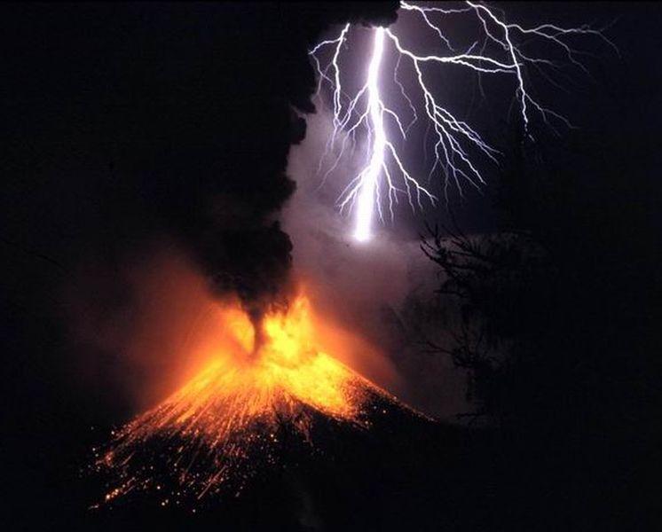 Plik:Volcano-lightning.jpg