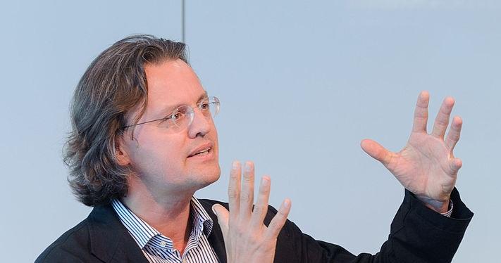 Archivo:Keynote Prof. Dr. Bernhard Pörksen crop.jpg