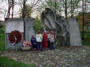Памятник Суха Лоз.jpg