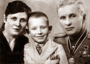 Калинкин Б.Т. с семьёй.jpg