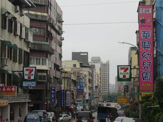 新竹市東山街上的兩個7-11奇景